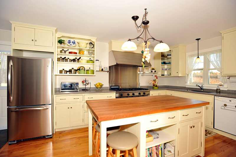 Custom Kitchen Cabinetry w a Large Centre Island with Wooden