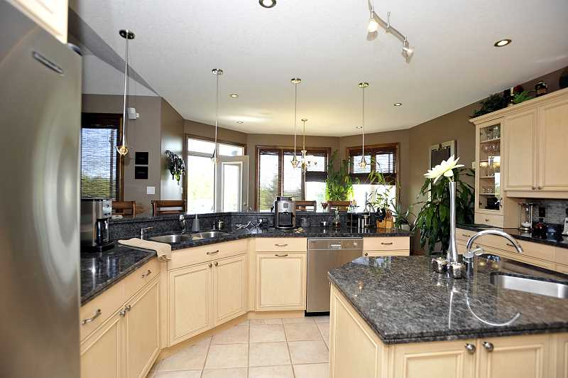 Luxor Kitchen - gas cooktop, built-in microwave, oven, dishwasher, fridge, pantry cupboard