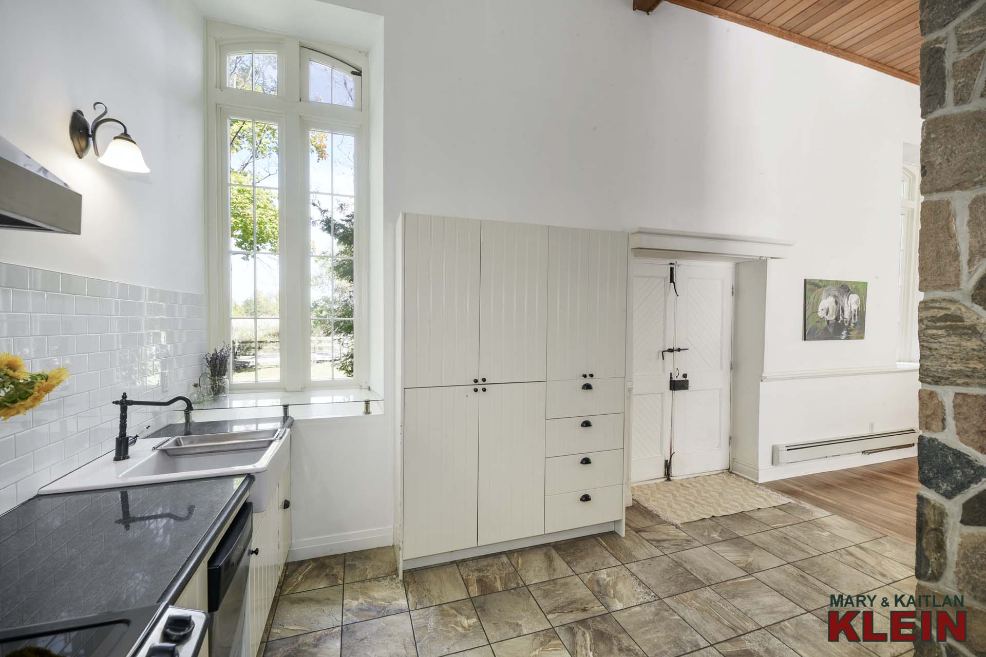 Kitchen - Ceramic flooring, Soaring Ceiling, Stainless Appliances